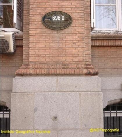 Placa de Nivelación - Altitud 696.0 en uno de los edificios del Instituto Geográfico Nacional de España en Madrid.